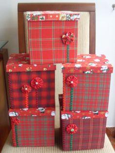 Caixa em mdf pintada, revestida com tecido tema NATAL, com capacidade para caixa de panetone de meio kilo ou panetone sem caixa de até um kilo. R$40,00
