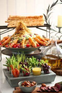 mesa farta com girinos frescos, crudites, couscous marroquino com legumes em infusão de hortelã crisps de alho poró e camarões pistola