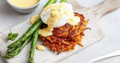 We switched the usual muffin base for sweet potato rosti to make these eggs benedict a healthier breakfast or brunch option. Potato Rosti Recipe, Sweet Potato Rosti, Steamed Sweet Potato, Breakfast Smoothies, Breakfast Recipes, Breakfast Ideas, Cafe Food, Cafe Menu, Potato Cakes