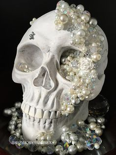 White painted skull decorated with jewels. Something different for your Halloween decorations. Halloween Inspo, Halloween Fashion, Halloween Skull, Halloween 2020, Holidays Halloween, Halloween Crafts, Happy Halloween, Halloween Party, Pirate Halloween