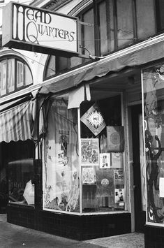 Head Quarters, a Haight-Ashbury head shop, stands in the middle of the Haight Hippies 1960s, Haight Ashbury, Swinging London, Head Shop, Retro Pop, San Francisco California, Janis Joplin, Love Photos, Motown