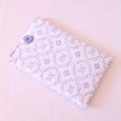 Capa para Tablets ou E-Readers em tecido 100% algodão com manta acrílica para proteger o seu aparelho.  Conheça nossas opções na lojinha virtual.   www.elo7.com.br/bellamiaatelie (link na bio)  #acessório #acessórios #capa #capas #case #cases #tablet #ereader #tablets #ereaders #iPad #kindle #kobo #lev #galaxytab #mantaacrílica #feitoàmão #produtosartesanais