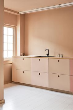 home accessories showroom TDC: Reform kitchen in the new Designers Remix Studio Minimalist Kitchen, Minimalist Bedroom, Küchen Design, House Design, Danish Kitchen, Deco Addict, Kitchen Colors, Kitchen Interior, Cool Kitchens