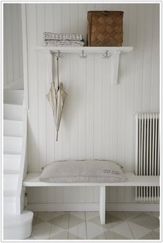 Platsbyggd bänk/skoställ ihop med element. Pärlspont på vägg.