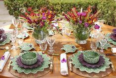 Verde e roxo foram os tons escolhidos para um almoço no jardim, com a louça maravilhosa Folha de Limão, desenvolvida e vendida com exclusividade por Tania Bulhões.