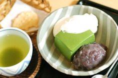 抹茶ババロアは紀の善さん発祥の和スイーツ。抹茶のほろ苦さとあんこの甘さ、クリームのまろやかさのハーモニーがたまりません。紀の善