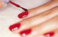 Vernir ses ongles - Manucure - Avant de poser votre vernis, appliquez une base hydratante, durcissante ou classique, qui vous permettra de faire tenir le vernis plus longtemps. Pour une meilleure application...