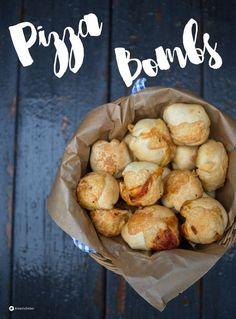 Kennt ihr schon Pizza Bombs? Ein mini Pizza Partysnack in Brötchenform gefüllt mit den leckersten Pizzabelegen? Wir lieben sie - auch toll fürs Picknick!