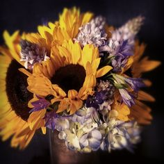This is what I want for my wedding. Sunflowers and purple hydrangeas.