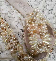 Cinto bordado♡ design Léia Siqueira. Peças delicadas também precisam fazer parte do nosso guarda roupa, para compor looks românticos e cheios de charme é essencial!#CINTOBORDADO #perolas #cristais #strassimport #cintosdelicados #bordadoamao #handmade #bordadopedrarias #Ref.Gi●Porque só #RAE faz estilo vc!☆Sob Encomenda☆ (12) 98164 7662/whats