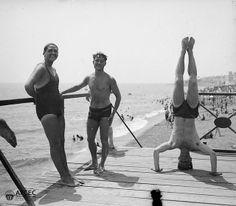 Banyistes fent acrobàcies a la platja de la Barceloneta, 07-1918. Autor: Ignasi Canals i Tarrats Barcelona Beach, Wrestling, Running, Sports, Vintage, Antigua, Author, Hipster Stuff, Lucha Libre