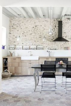 A countryside kitchen with modern decor - Côté Maison - Pctr UP French Country Rug, French Country Decorating, Old Home Remodel, Kitchen Remodel, Rustic Kitchen, Country Kitchen, Classic Kitchen, Countryside Kitchen, Casa Top