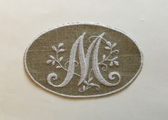 """MONOGRAMME lettre """"M"""" BRODERIE BLANCHE DANS MÉDAILLON : Autres pièces pour créations par marsanna-creations"""