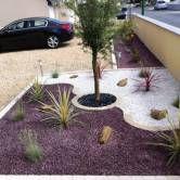 parterre avec cailloux gravier concasse de marbre noir With lovely decoration jardin avec cailloux 5 astuces deco jardin ardoise
