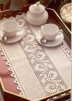 An idea for the use of filet crochet Filet Crochet, Crochet Car, Crochet Borders, Cute Crochet, Crochet Patterns, Lace Table Runners, Crochet Table Runner, Crochet Tablecloth, Quilted Table Runners