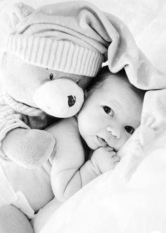 fotografia de menino com ursinho