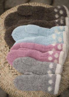 Å få små barn til å beholde vottene på ute i leik, er ofte en utfordring, d. - Lilly is Love Knitted Mittens Pattern, Knit Mittens, Mitten Gloves, Knitting Patterns Free, Free Knitting, Free Pattern, Baby Barn, String Bag, Knitted Bags