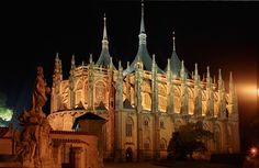 This is the St. Barbara´s Cathedral in Kutna Hora - east of Prague. The city of Kutna Hora is one of the Czech UNESCO listings and definitely worth your visit! Day Trips From Prague, Church Pictures, World Travel Guide, Beautiful Places In The World, Amazing Places, Chapelle, Gothic Architecture, Beautiful Buildings, The Cult