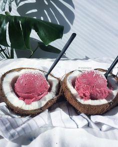 Eat ice cream out of coconut Cute Food, I Love Food, Good Food, Yummy Food, Tasty Snacks, Healthy Food, Food Goals, Aesthetic Food, Smoothie Bowl