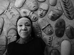 """""""Do Pó da Terra"""", fotografias sobre a história das ceramistas do Vale do Jequitinhonha, em Minas Gerais, Brasil. Lira Marques, Araçuaí.  Fotografia: Maurício Nahas.  http://gshow.globo.com/tv/noticia/2016/09/mauricio-nahas-mostra-imagens-marcantes-de-sua-carreira-no-telao-do-domingao.html"""