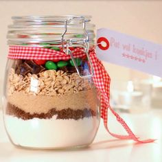 Heb je een favoriet koekjesrecept? Stop alle droge ingrediënten in een mooie pot, doe er een mooi lintje omheen en je hebt een origineel kerstgeschenkje. Bekijk het fimpje en ga aan de slag.