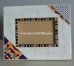 Porta-retrato em mosaico de azulejos e pastilhas de vidro.  21 x 26cm.