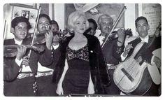 """Jueves 22 de febrero de 1962:  Don Rafael Guillén consintió de una manera espléndida a Marilyn, le llevó mariachi y entre varias canciones le cantaron """"Cielito lindo"""", """"La Malagueña"""" y """"Guadalajara"""".  La visita de Marilyn a El Taquito se prolongó por más de tres horas. De ahí la fiesta continuó tras aceptar la invitación que le extendió Emilio El Indio Fernández para pasar una velada en su casa de Coyoacán."""