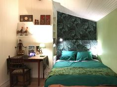 Green room mural bedhead with leaves motive and black background. decoration Sulawesi artifacts. papier peint feuillage #jungle #wallpaper #papierpeint