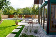 Plan Germann // Gesamtkonzept für den Garten, Travertinstein mit Splittschüttung, Pool mit Sichtschutz aus Rhomboidleisten