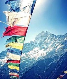 """Os milhares de feitos brilhantes do passado não servem para as necessidades de hoje. -- provérbio tibetano  Foto: """"As bandeiras que oram"""" são uma tradição entre os tibetanos. São erguidas ao vento e impressas com orações. O objetivo não é orar aos deuses locais mas com o soprar dos ventos espalhar seus votos de paz compaixão força e sabedoria ao redor.  À medida que as bandeiras são desgastadas pela ação da natureza novas bandeiras precisam substituí-las assim como os bons desejos e…"""