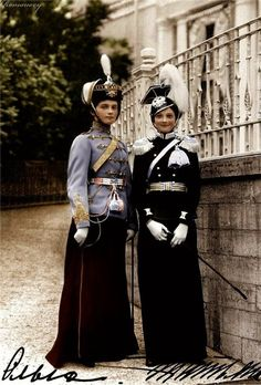 Olga and Tatiana Nikolaevna in their regiment's uniform. Olga received the order to be the chief of the Elizabethgrad regiment as a New Year's present and was happy, but it lead to a discussion between father and daughter about the design of the uniform./ Olga y Tatiana Nikolaevna en uniforme de sus regimientos. Olga recibió la orden de comandar el regimiento de Elizabethgrad como regalo de año nuevo y se puso muy contenta, pero llevó a una discusión padre e hija sobre el diseño del…