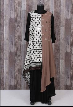 Muslin kurti with prints and plain. Double layers and cut create stylish design Summer Dresses For Women, Trendy Dresses, Modest Dresses, Casual Dresses, Batik Fashion, Abaya Fashion, Kebaya Simple, Silk Kurti Designs, Simple Gowns