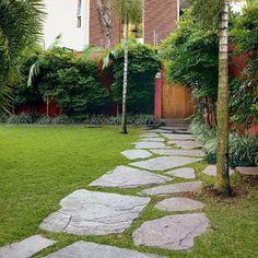gramado com piso de pedras