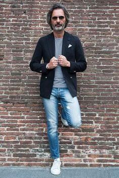 blue denim, a striped tee, a black blazer and white sneakers for a relaxed look Outfit Jeans, Blazer Outfits Men, Blazer Fashion, Casual Outfits, Men Casual, Smart Casual, Fashion Outfits, Jacket Style, Jeans Style
