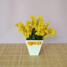 Centro de Mesa Para Festas Prince Party, Thing 1, Plants, Diy, Decor Ideas, Wedding Table, Simple Wedding Updo, Yellow Flower Arrangements, Glazed Glass