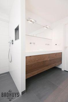 Moderne badkamer met meubel vervaardigd uit corian en robuust hout, Het Badhuys Breda | Het Badhuys