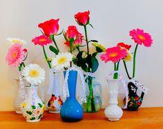 DIY: bloemen in kleine vaasjes -DIY flowers decorate with ribbons- http://www.galerie-lucie.nl/