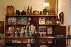 古道具・古書・新刊のアート本・写真集の販売買取・展示企画イベント・カフェなど、魅力的なものがたくさん詰まった店内。