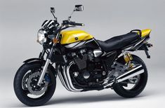 Yamaha is now one of the most famous motorcycle brands in the world. While Yamaha has a long history, this hasn't always involved the manufacture of Yamaha Xjr, Motos Yamaha, Yamaha Motorcycles, Custom Motorcycles, Scrambler, Cafe Racer Honda, Cafe Racer Motorcycle, Cafe Racers, Moto Cafe
