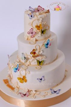 Am realizat acest tort delicat pentru botezul micutei Miruna. Este un tort extrem de elegant realizat intr-o cromatica delicata ce pune in v...