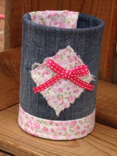 Ce contenant est en fait une boîte de conserve recyclée. Décoration en tissus jean et liberty et son petit noeud rose. Vous pourrez l'exposer partout dans votre maison en déc - 17936697