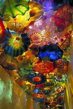 Mind blowing glass art by Dale Chihuly. With the human breath, glass takes magical forms with resplendent colours . Chihuly has helped to inspire a factory craft to become internationally acclaimed art. Dale Chihuly, Diy Sharpie, Art Beauté, Drawn Art, Blown Glass Art, Oeuvre D'art, Rainbow Colors, Bunt, Amazing Art