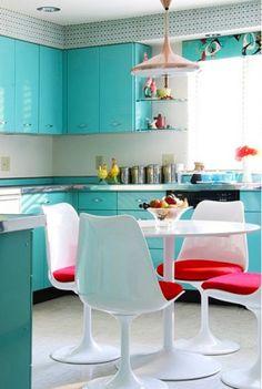 Сочетание белого, голубого и розового цвета в интерьере кухни.