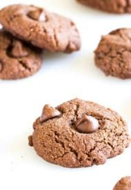 Super quick and easy, these gluten-free, processed sugar-free, dairy-free, eggless almond cookies are irresistibly chewy and delicious! Chocolate Mousse Frosting, Chocolate Cupcakes, Chocolate Chip Cookies, Egg Yolk Cookies, Coconut Cookies, Candy Cookies, Cookie Recipes, Dessert Recipes, Flour Recipes