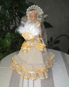 A suite in the parade -Styliste Pipiou Crochet Doll Dress, Barbie Clothes, Free Crochet, Marie, Harajuku, Crochet Necklace, Crochet Patterns, Creations, Dressing