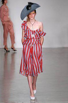 Vivienne Westwood Red Label – Fashion Trend 2015: Streifen als Muster auf Mode - FLAIR fashion & home – Kunst und Mode können einfach nicht voneinander lassen. In dieser Saison drückt sich die Nähe zwischen beiden im raffinierten Umgang mit Streifen aus. Die schönsten gestreiften Styles zeigt flair ihnen hier.