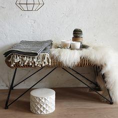 Appréciez le style au naturel de ces bancs en rotin signés Hübsch qui vous embarquent dans un univers fiftie remis au goût du jour.