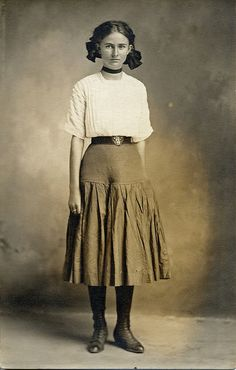 What did teenage girls look like 100 years ago? Take a look at these vintage snapshots of cool girls taken in the toget more informat. Vintage Mode, Vintage Girls, Vintage Children, Vintage Outfits, Historical Costume, Historical Clothing, Historical Photos, Edwardian Fashion, Vintage Fashion