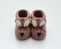 Expecting gift mom lovely brown bunny booties for newborn baby boy or girl. New mum gift box friend pregnancy congrats shower. New Mommy Gifts, Gifts For Boys, Girl Gifts, Baby Gifts, Baby Boy Or Girl, Baby Girl Shoes, Baby Boy Newborn, Newborn Crochet, Crochet Baby Booties