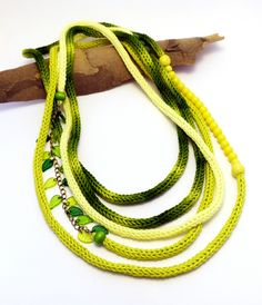 kötött hosszú nyaklánc sárga és zöld árnyalatokban gyöngyökkel / long knitted necklace in yellow and green with beads  #kötött #knitted #nyaklánc #necklace #citrus